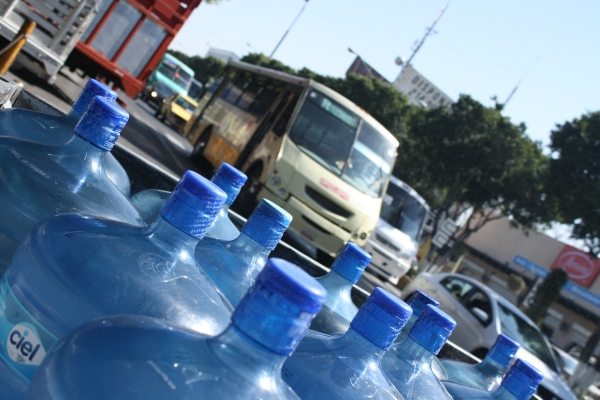 Distribución de agua embotellada por el Centro de Querétaro. Foto: Ketzalkoatl
